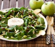 Baby spinach, green apple and warm goat cheese salad
