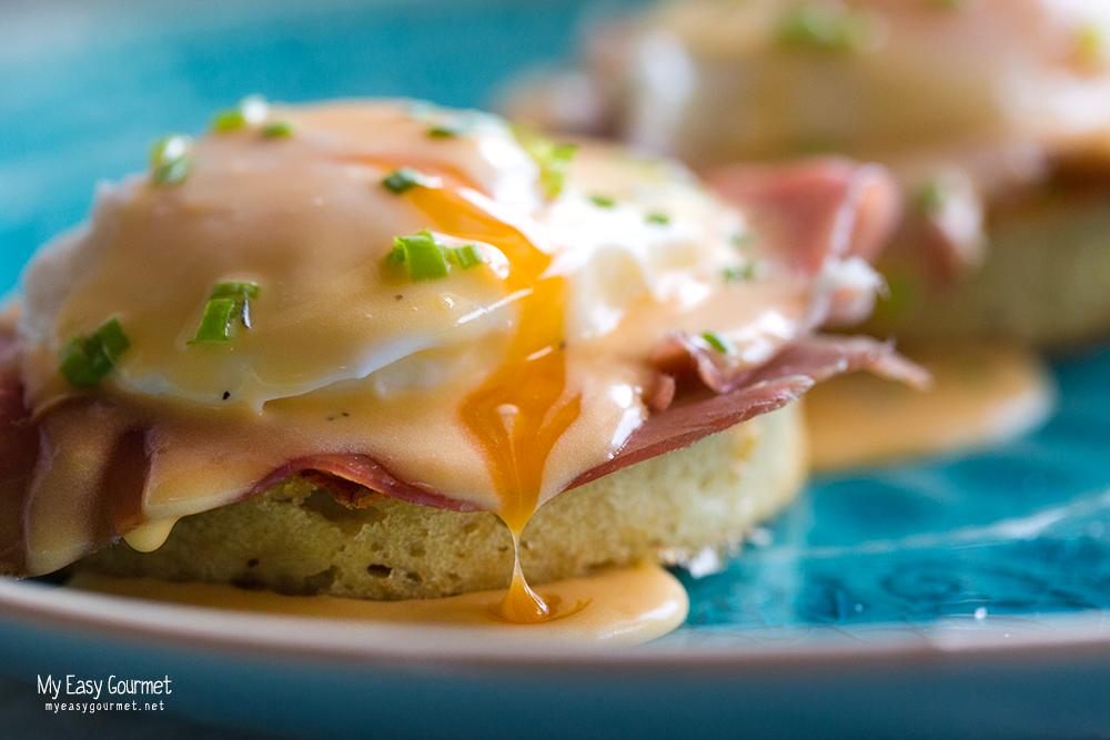 Eggs benedict with beer crumpets
